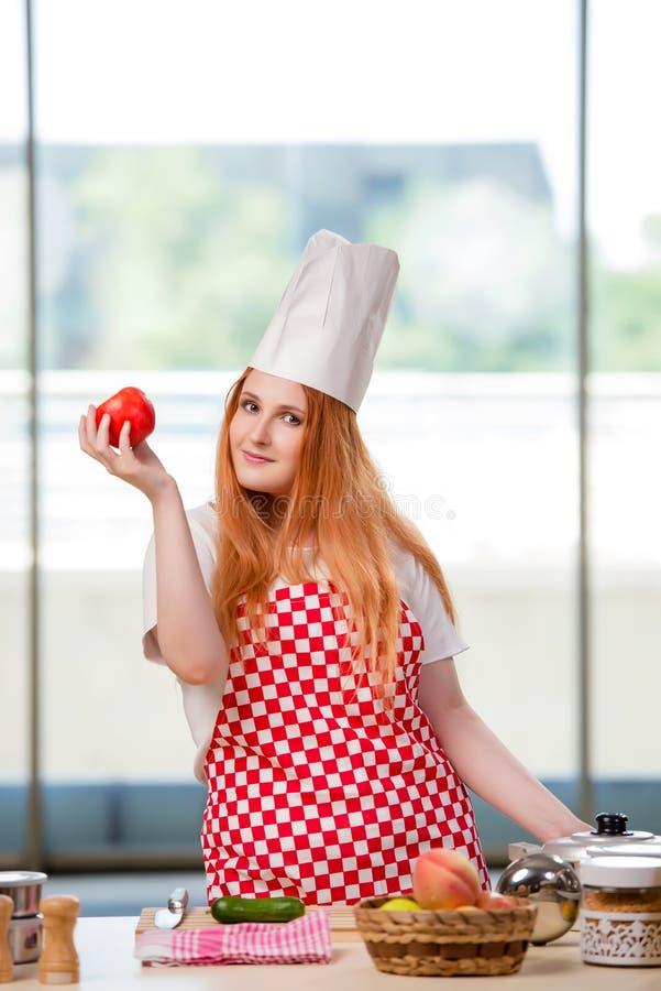 O cozinheiro do ruivo que trabalha na cozinha fotos de stock