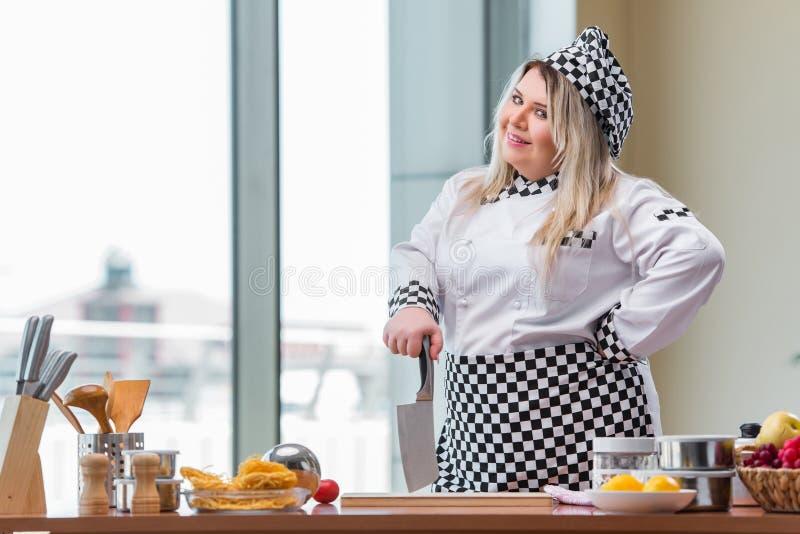 O cozinheiro novo do cozinheiro chefe que trabalha na cozinha foto de stock royalty free