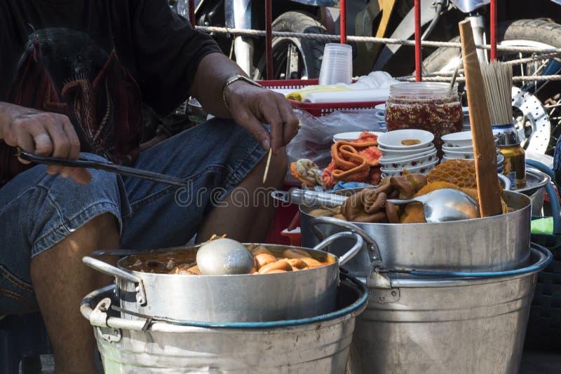 O cozinheiro vietnamiano prepara pratos das entranhas para a venda na rua Ho no qui Minh City fotografia de stock