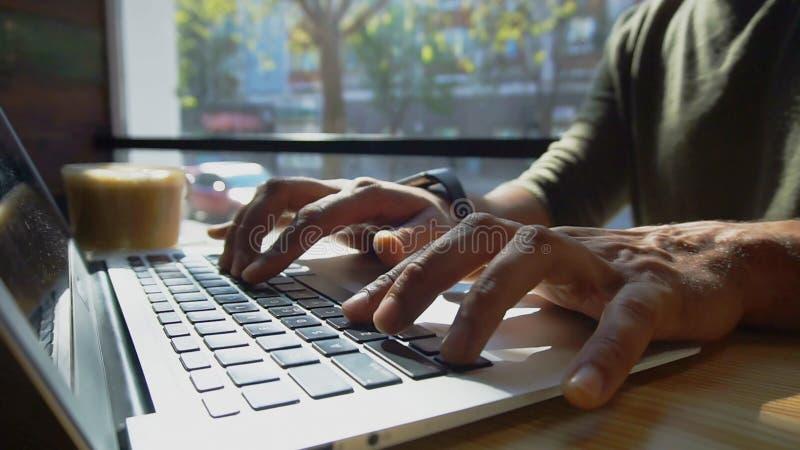 O crítico usa o portátil para o trabalho r imagens de stock royalty free