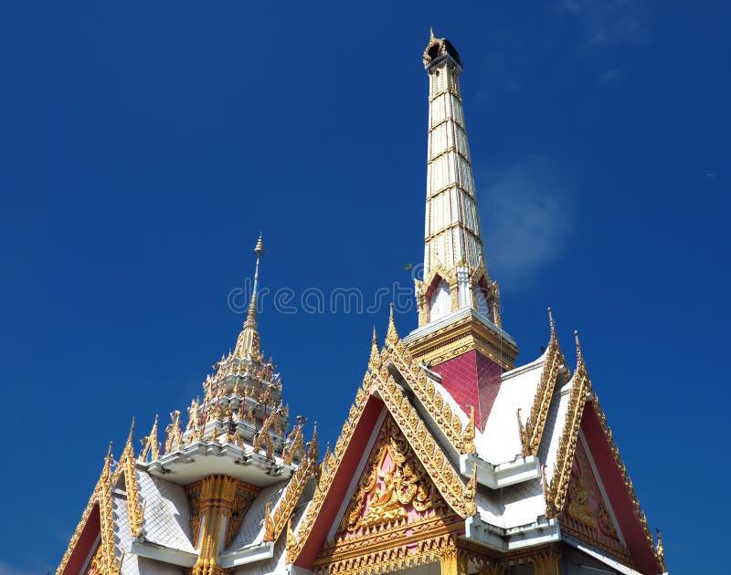 O crematório budista sobe no céu azul imagens de stock