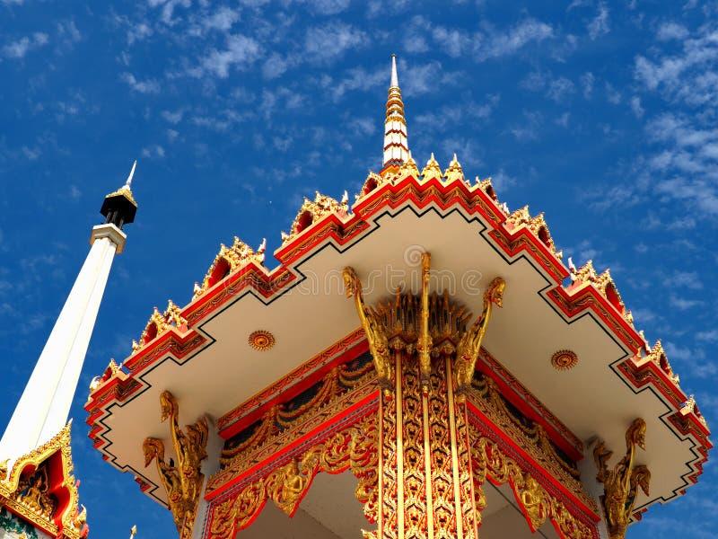 O crematório budista sobe no céu azul imagem de stock royalty free
