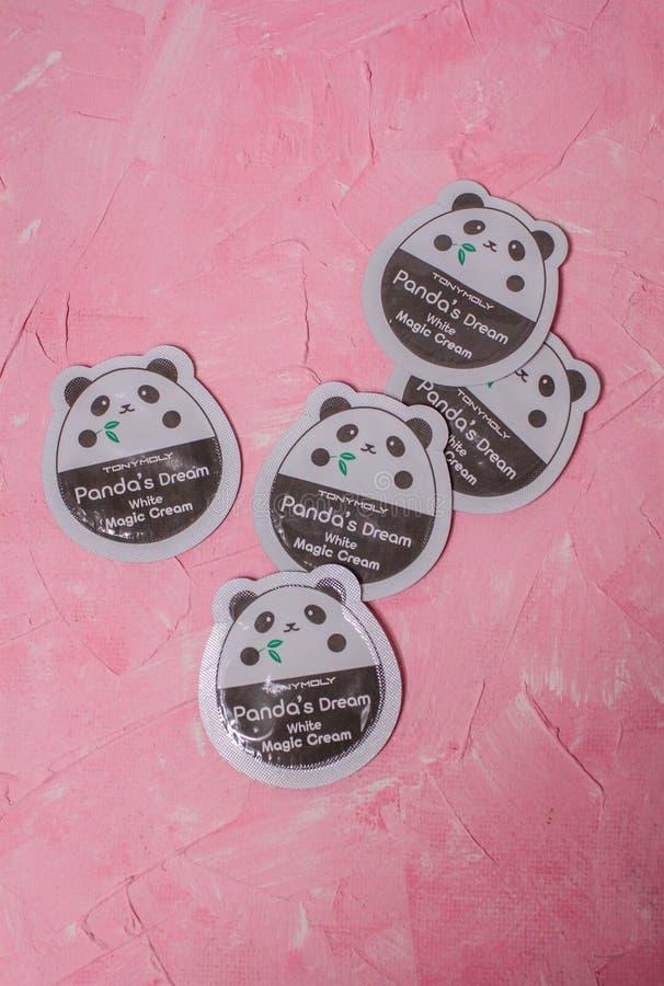 O creme m?gico branco ideal de Tony Moly Panda de mitiga??o do creme de cara imagem de stock royalty free