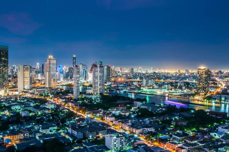 O crepúsculo vê a cidade de Banguecoque foto de stock