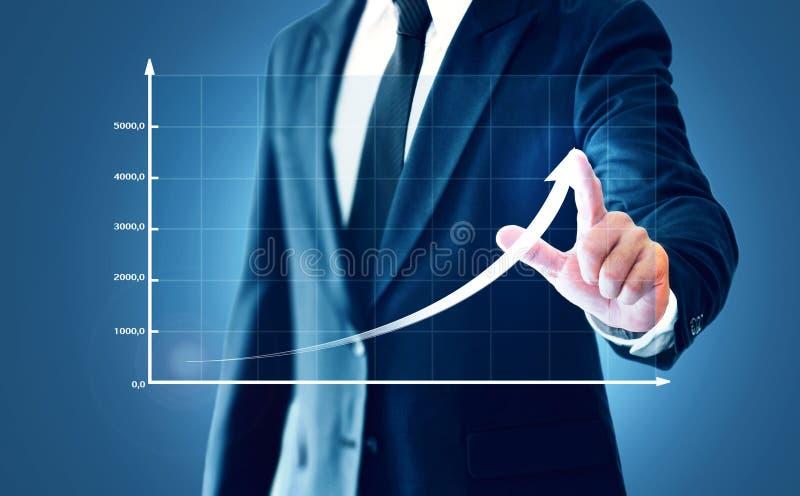 O crescimento em uma carta, mãos do negócio de exibição do homem de negócios toca no gráfico que representa elevações do lucro so fotos de stock