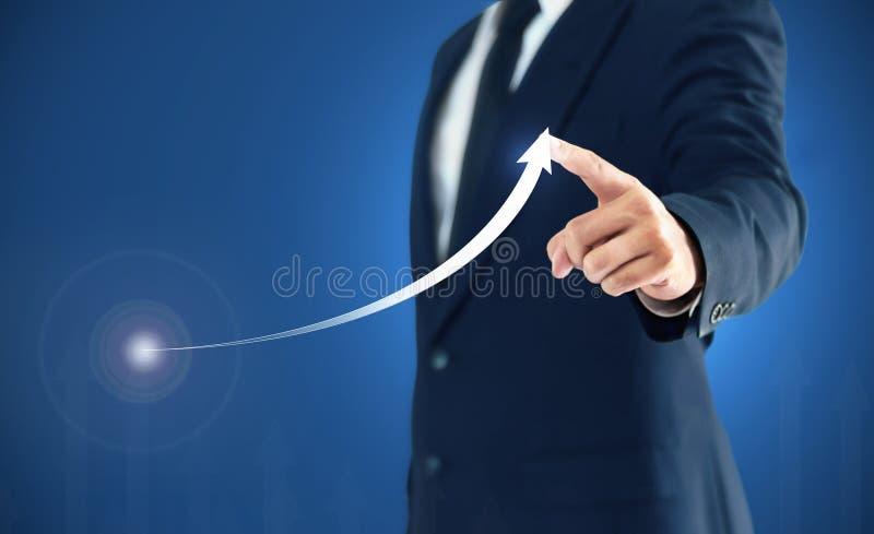 O crescimento em uma carta, mãos do negócio de exibição do homem de negócios toca no gráfico que representa elevações do lucro so imagem de stock