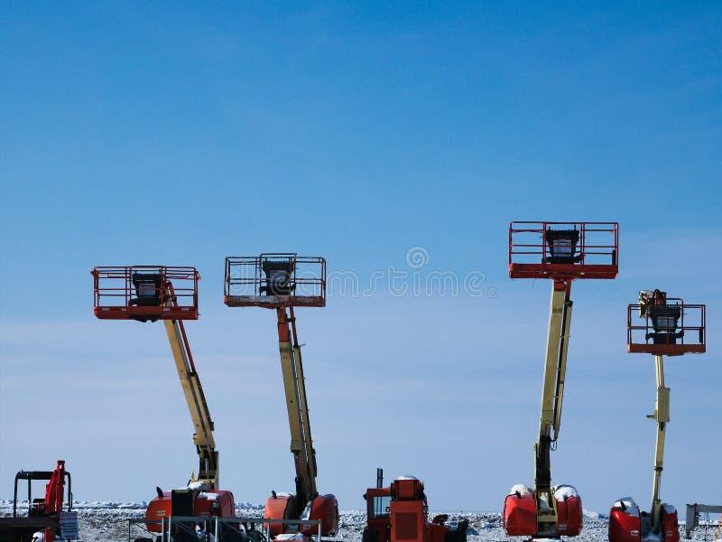 O crescimento telescópico levanta na área de armazenamento nevado do inverno imagem de stock