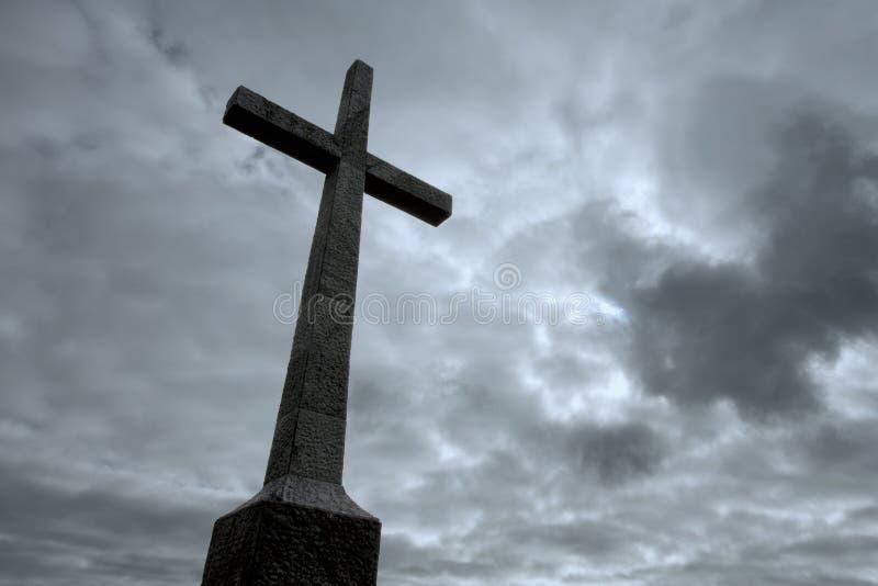 O cristão cruza sobre o céu nebuloso fotos de stock royalty free