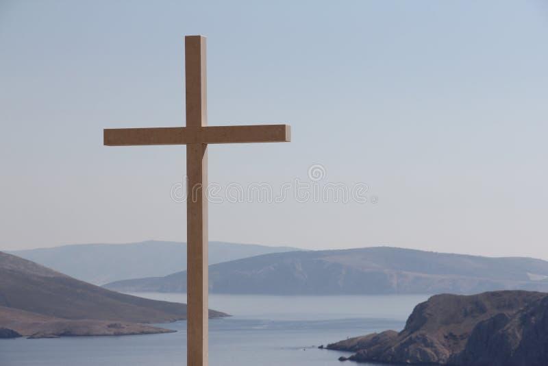 O cristão cruza sobre a paisagem do mar fotos de stock royalty free