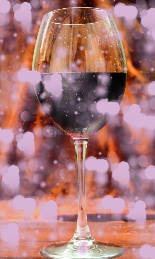 O cristal com vinho tinto luz e vapor imagens de stock