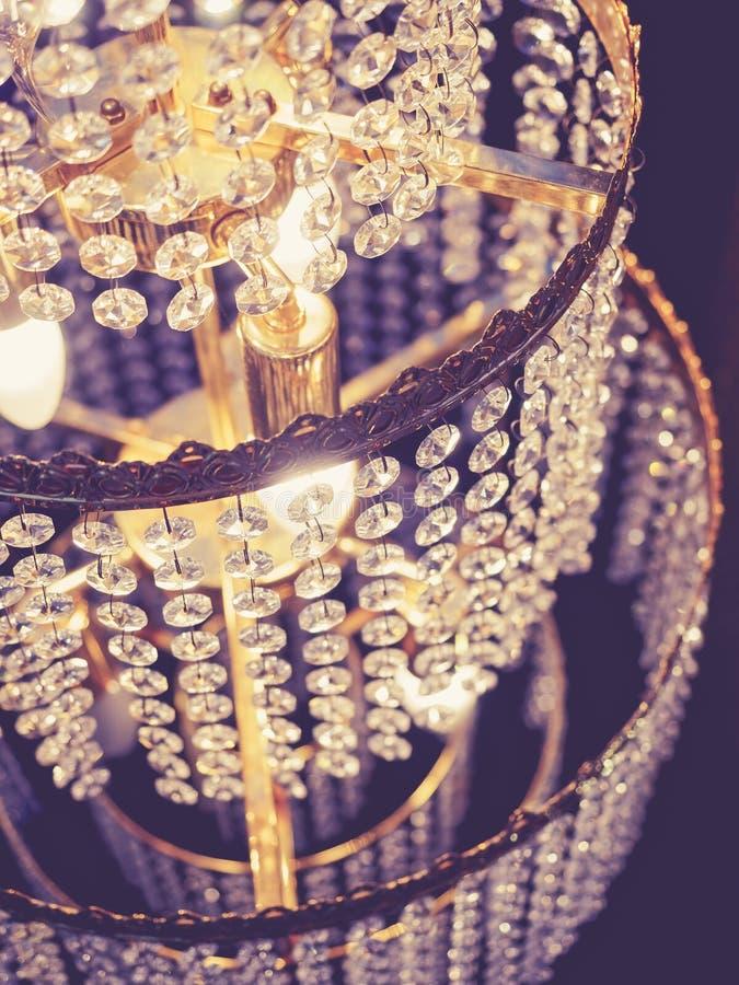 O cristal do candelabro detalha a decoração da iluminação foto de stock royalty free