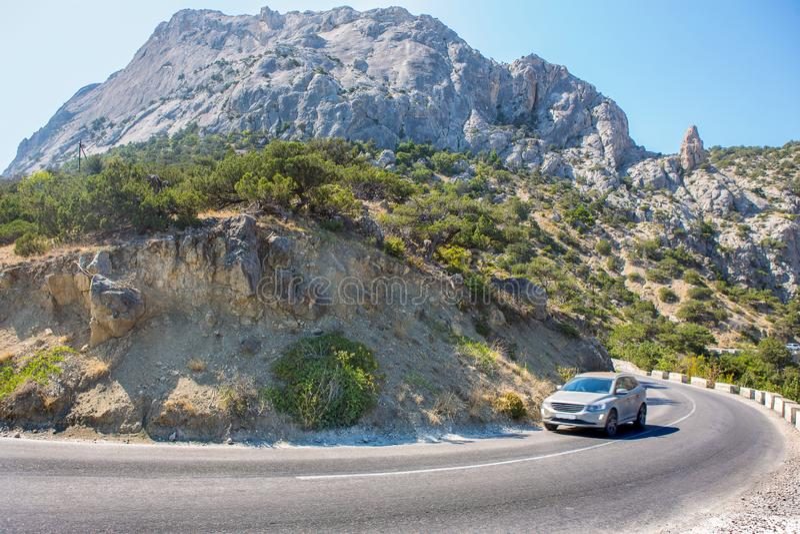 O cruzamento move-se ao longo de uma estrada de enrolamento nas montanhas imagem de stock royalty free