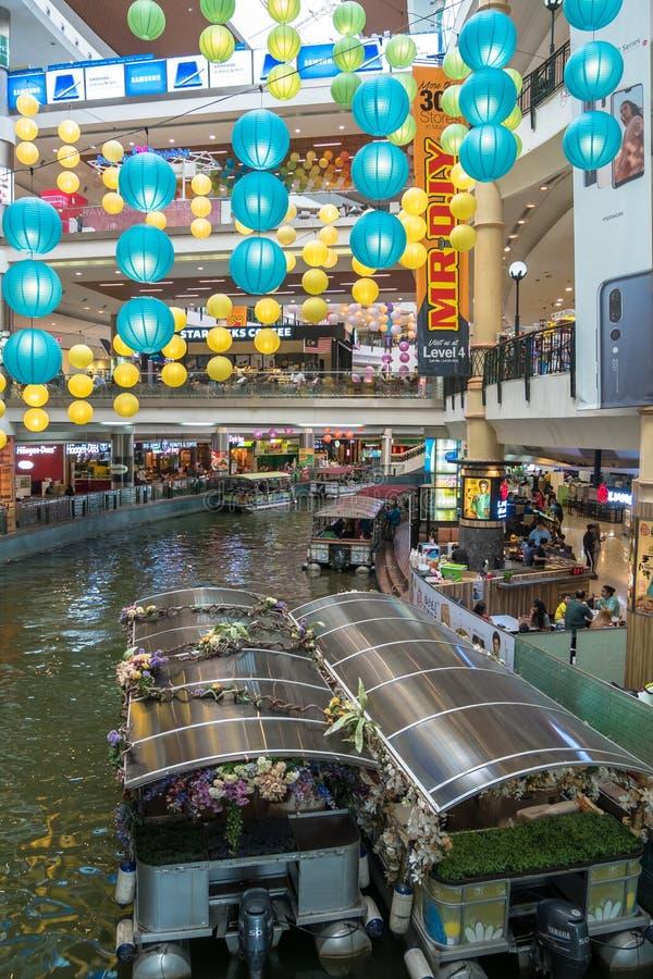 O cruzeiro das minas é um passeio do barco em dois grandes lagos ao lado do shopping das minas em Seri Kembangan fotografia de stock royalty free
