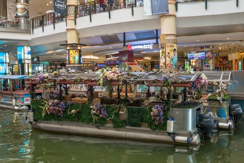O cruzeiro das minas é um passeio do barco em dois grandes lagos ao lado do shopping das minas em Seri Kembangan imagens de stock royalty free