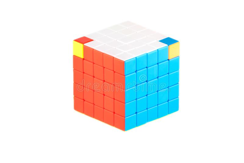 O cubo cinco do ` s de Rubik em cinco no fundo branco A fase oito da sequência da solução fotografia de stock
