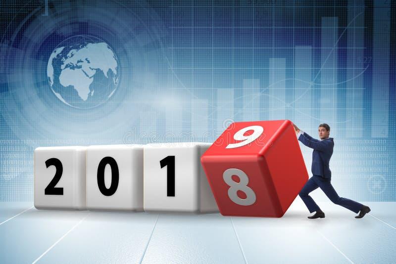 O cubo de giro do empregado do homem de negócios para revelar o número 2019 ilustração stock
