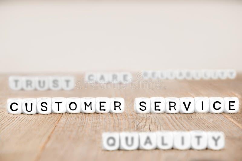 O cubo obstrui o conceito do servi?o ao cliente foto de stock royalty free