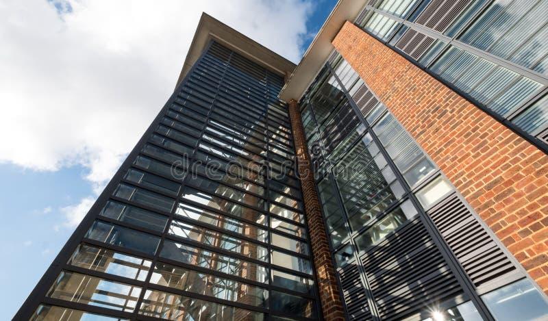 O cubo, prestou serviços de manutenção a escritórios em uma construção renovada do estilo do art deco no parque empresarial de Fa fotografia de stock