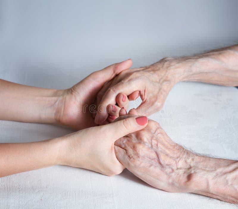 O cuidado é em casa das pessoas idosas imagem de stock