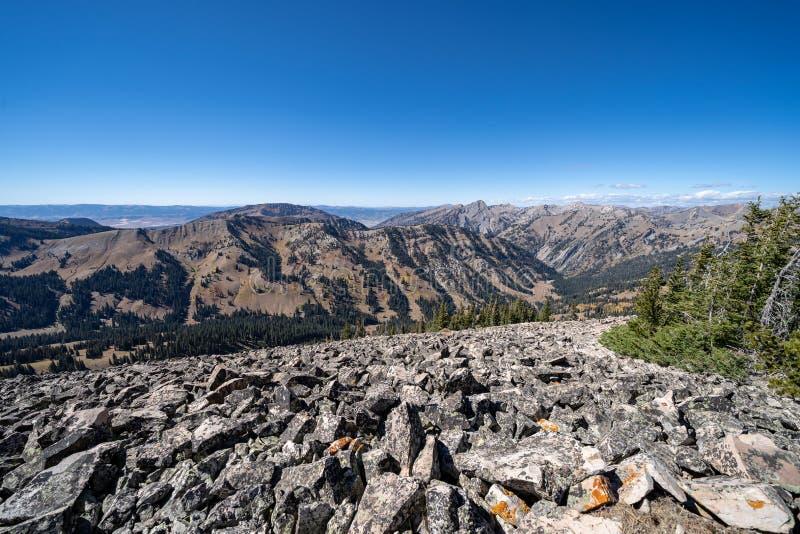 O cume perigoso estreito rochoso de seixos do tálus balança sobre a montanha fotografia de stock royalty free