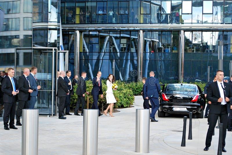 O cumprimento do príncipe William e da Kate Middleton aglomera-se em Varsóvia imagens de stock royalty free