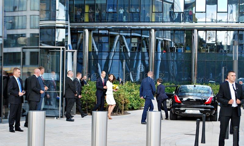 O cumprimento do príncipe William e da Kate Middleton aglomera-se em Varsóvia fotos de stock royalty free