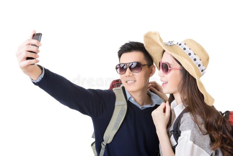 O curso asiático dos pares e toma um selfie fotos de stock royalty free
