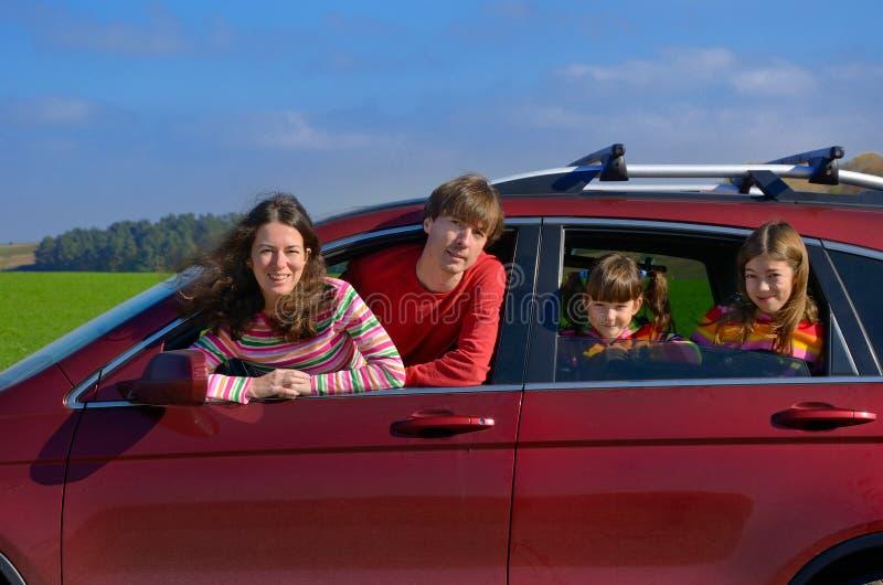 O curso de carro da família em férias, os pais felizes e as crianças no feriado tropeçam, conceito do seguro fotografia de stock