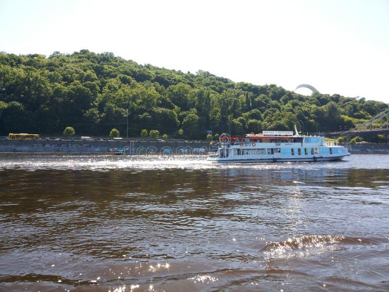 O curso do barco de Kyiv Dnipro relaxa Ucrânia fotos de stock royalty free