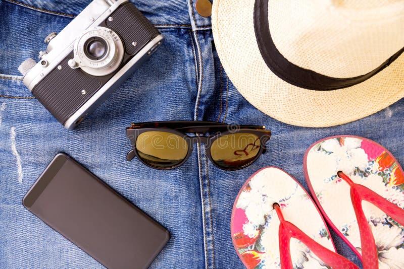 O curso do verão ajustou - a câmera, mini saia da sarja de Nimes, sandálias, telefone, óculos de sol, chapéu imagens de stock
