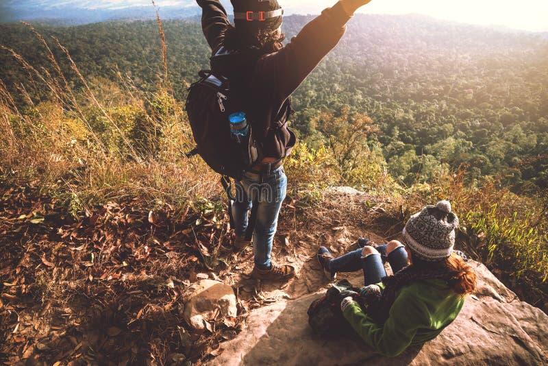 O curso dos asi?ticos das mulheres e dos homens do amante relaxa no feriado Admire a paisagem da atmosfera na montanha Parque da  fotografia de stock