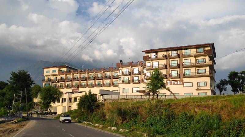 O curso Himalaia das férias do hotel de Dpolo remoto às estradas tibetanas da Índia de Kangra das férias do feriado prende o tran foto de stock