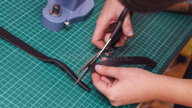 O curtidor scissors o couro fotos de stock royalty free