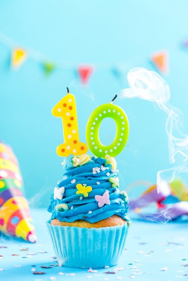 O décimo 10o queque do aniversário com vela funde para fora Modelo do cartão fotografia de stock