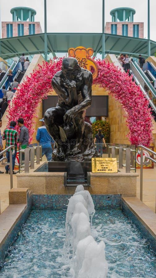 O ` da escultura o ` August Rodin do pensador perto da fonte pequena Singapura foto de stock