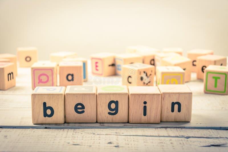 O ` da palavra começa cúbico de madeira do ` na madeira fotos de stock royalty free