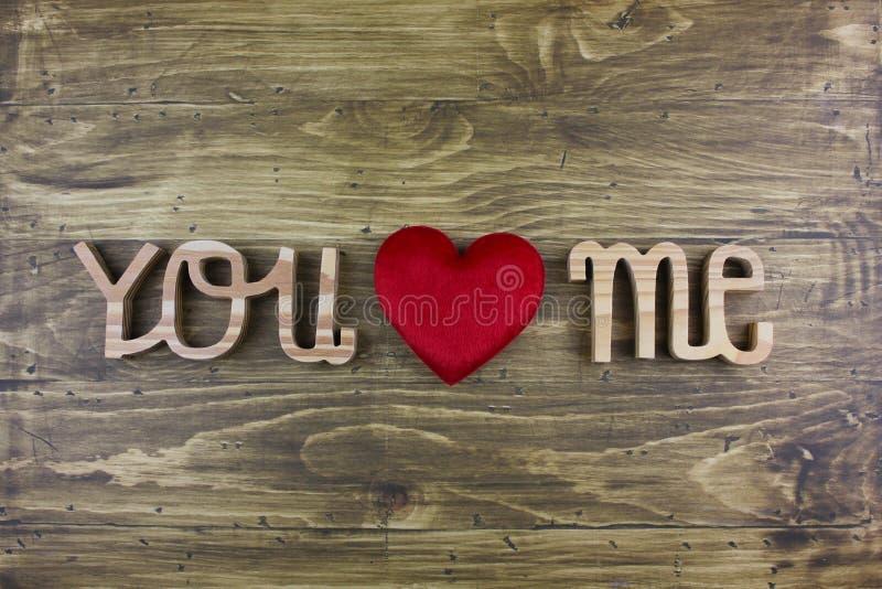 O ` da palavra VOCÊ AMA-ME ` sobre a placa de madeira fotografia de stock