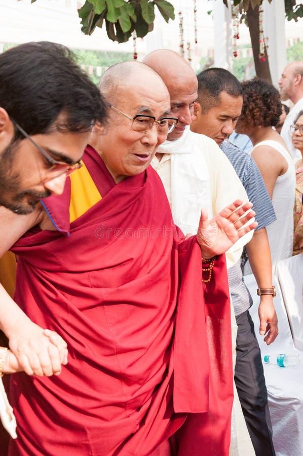 14o Dalai Lama abençoa povos enquanto passa através de uma multidão imagens de stock royalty free