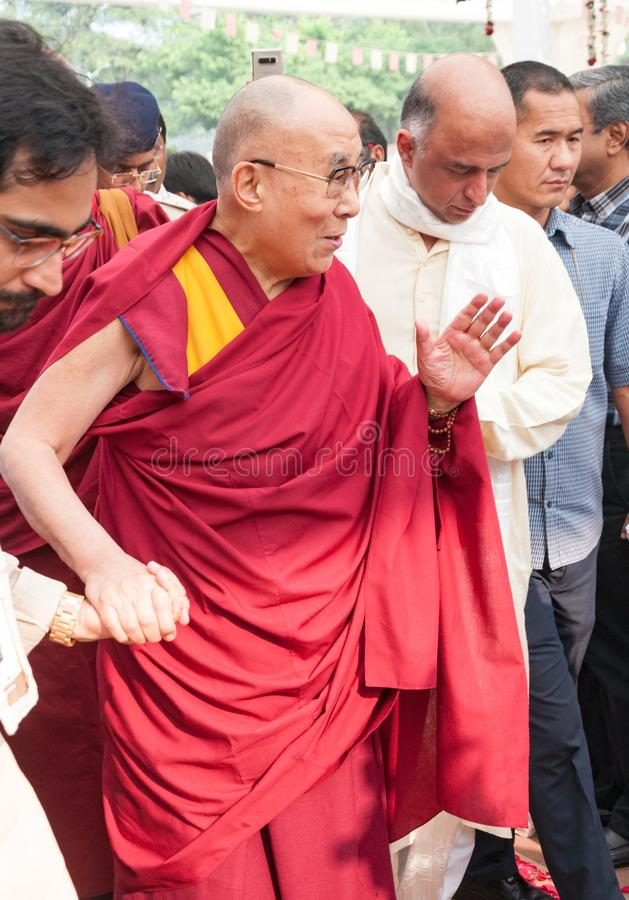 14o Dalai Lama no meio de uma multidão, acompanhada por voluntários imagem de stock royalty free
