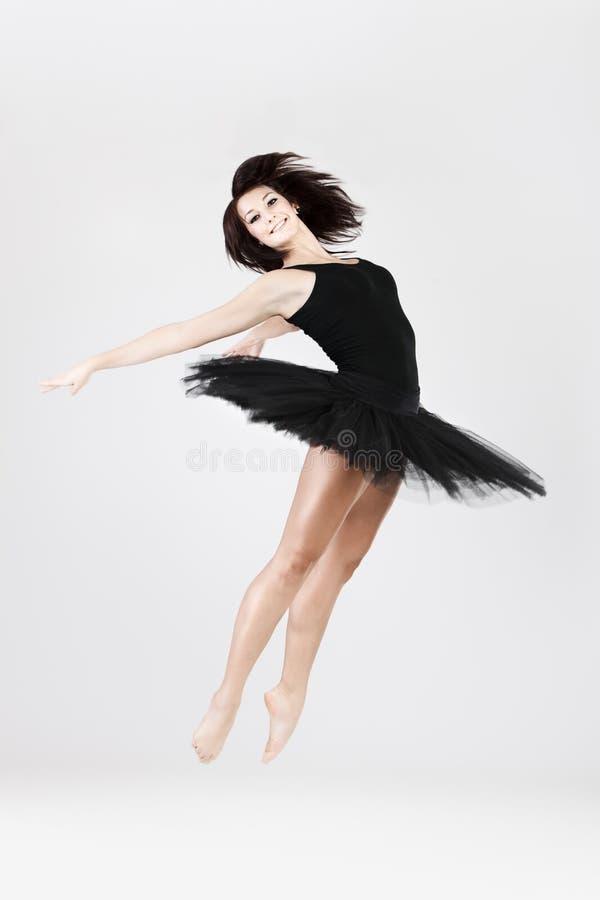O dançarino à moda e novo do estilo do bailado está saltando foto de stock royalty free