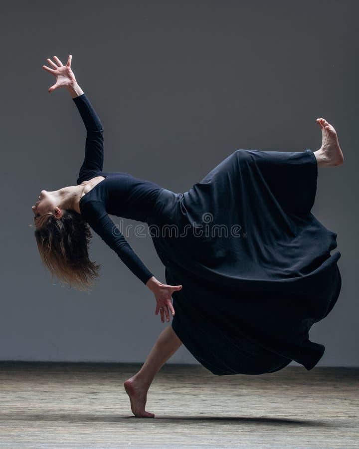 O dançarino bonito novo está levantando no estúdio foto de stock royalty free