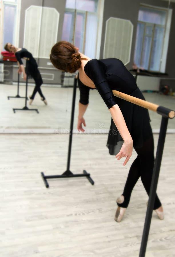 O dançarino de bailado gracioso consideravelmente novo aquece-se na classe do bailado imagem de stock royalty free
