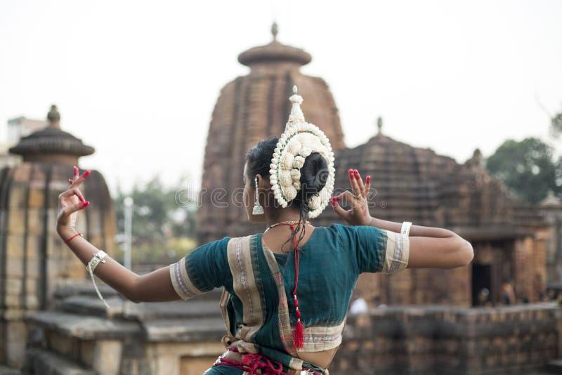 O dançarino de Odissi veste o traje tradicional com o mudra da mão no templo de Mukteshvara, Bhubaneswar, Odisha, Índia foto de stock