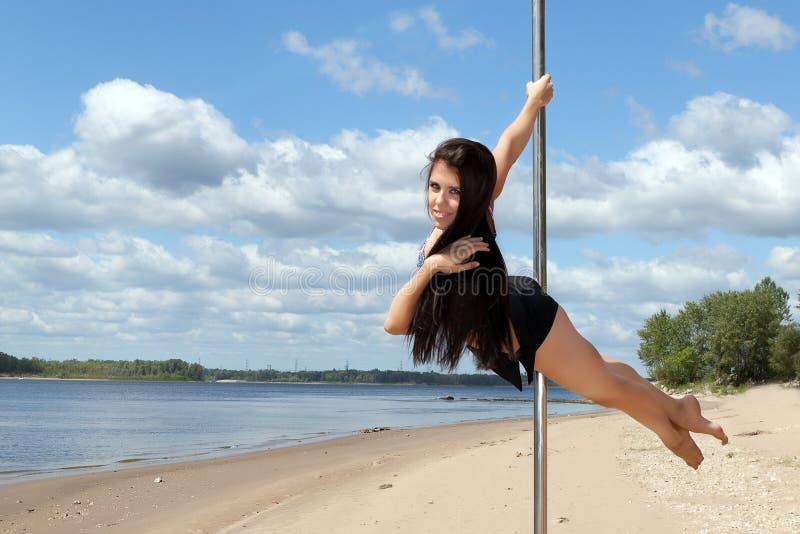 O dançarino no polo executa acrobático imagens de stock