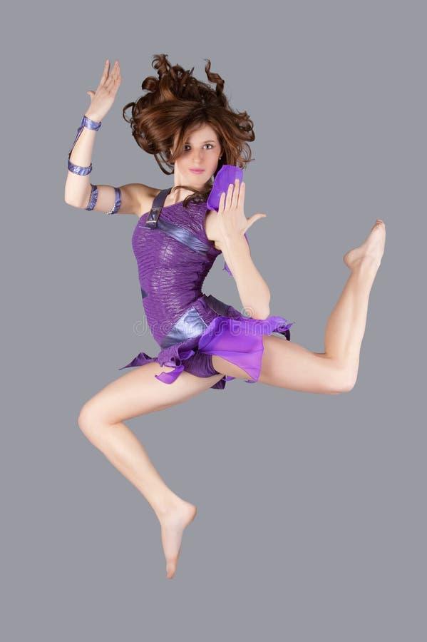 O dançarino novo está levantando imagem de stock