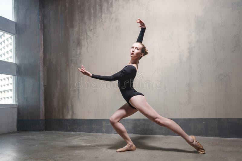 O dançarino profissional aprecia a dança fotografia de stock