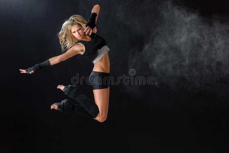 O dançarino que salta ao executar sua rotina da dança fotografia de stock royalty free