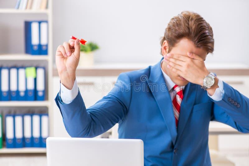 O dardo de jogo do homem de negócios no conceito do negócio imagens de stock