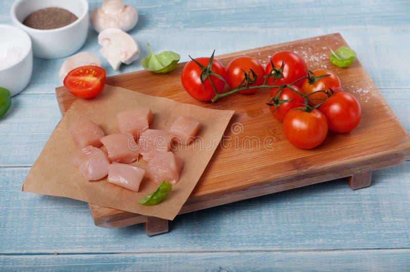 O ¡ de Ð hicken a faixa com tomates de cereja, cogumelos e folhas da manjericão imagem de stock