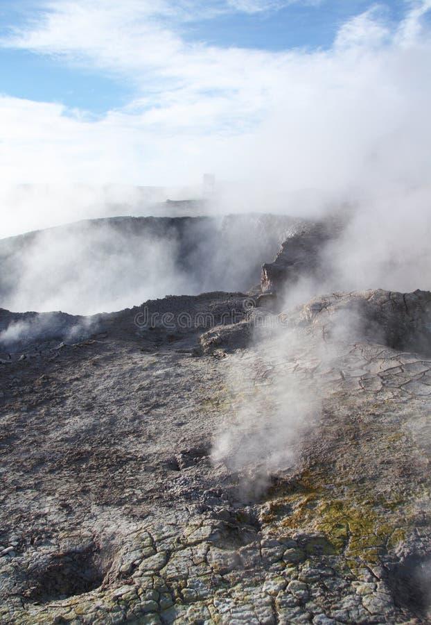 O ¡ de Ð submeteu a terra do geyser Sol de Manana em Bolívia imagens de stock